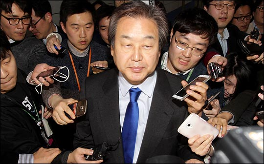 기자들의 질문에 답하는 김무성 자유한국당 전 대표최고위원(자료사진). ⓒ데일리안 박항구 기자