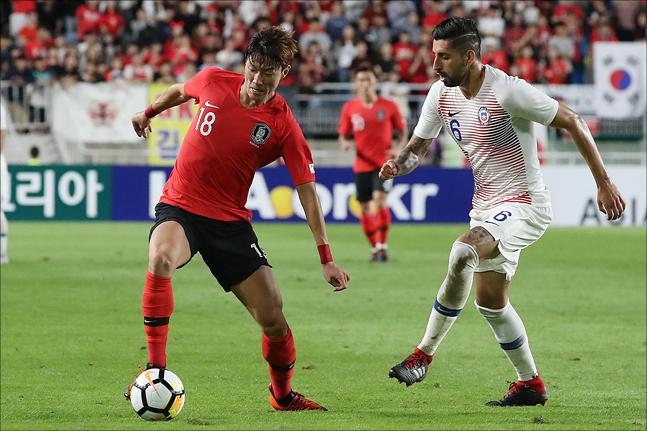 황의조가 11일 오후 수원월드컵경기장에서 열린 대한민국과 칠레의 평가전에서 돌파를 시도하고 있다. ⓒ데일리안 홍금표 기자