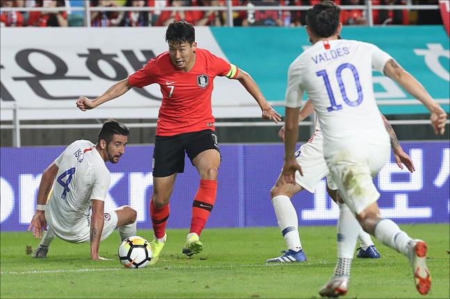 손흥민이 11일 오후 수원월드컵경기장에서 열린 대한민국과 칠레의 평가전에서 돌파를 시도하고 있다. ⓒ데일리안 홍금표 기자