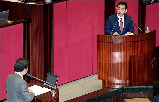 주호영 자유한국당 의원이 13일 오후 국회 본회의장에서 속개된 대정부질문에서 이낙연 국무총리를 상대로 질문하고 있다. ⓒ데일리안 박항구 기자