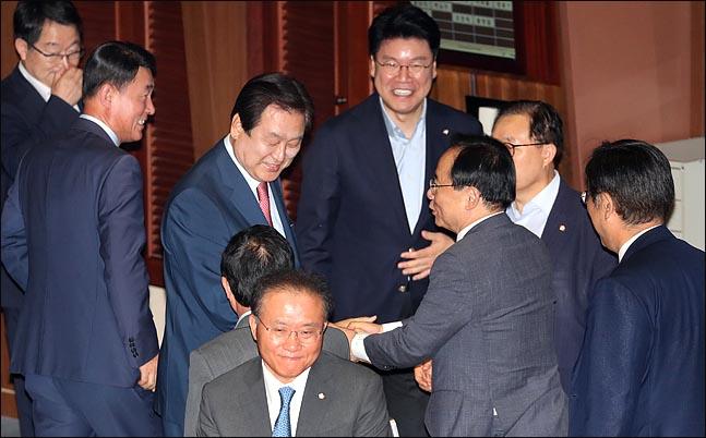 김무성 자유한국당 전 대표최고위원이 13일 대정부질문을 마친 뒤, 동료 의원들의 격려를 받고 있다. ⓒ데일리안 박항구 기자