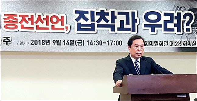 김병준 자유한국당 비상대책위원장이 14일 국회 의원회관에서 백승주 의원이 주최한