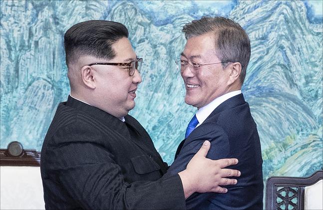 문재인 대통령과 김정은 북한 국무위원장이 4월 27일 판문점 평화의 집에서 열린 남북정상회담에서 한반도의 평화와 번영, 통일을 위한 판문점 선언문에 서명 후 포옹하고 있다.ⓒ청와대