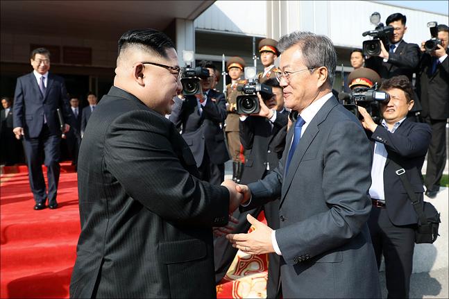 문재인 대통령과 북 김정은 노동당 국무위원장이 27일 판문점 북측 통일각에서 열린 2차 남북정상회담에서 인사를 나누고 있다. ⓒ청와대