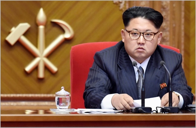 문재인 대통령(왼쪽)과 김정은 북한 국무위원장이 지난 4월 개최된 남북정상회담에서 회동하고 있다. ⓒ한국공동사진기자단