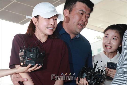 걸그룹 카라 출신 구하라가 남자친구 A씨와의 폭행 논란과 관련해 피의자 신분으로 18일 오후 강남경찰서에 출석하고 있다. ⓒ데일리안 류영주 기자