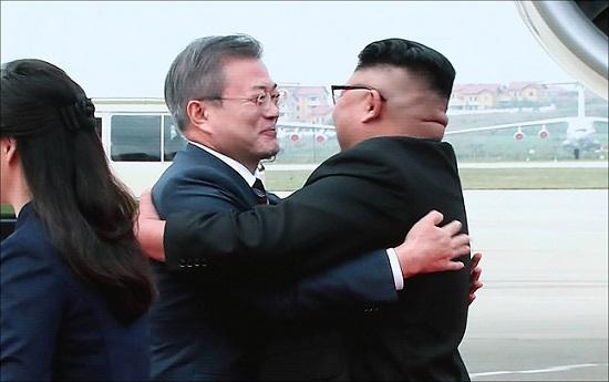 문재인 대통령과 김정은 북한 국무위원장이 18일 오전 평양 순안공항에서 만나 얼싸안는 모습이 서울 동대문디자인플라자 프레스센터 화면을 통해 생중계되고 있다. ⓒ데일리안 홍금표 기자
