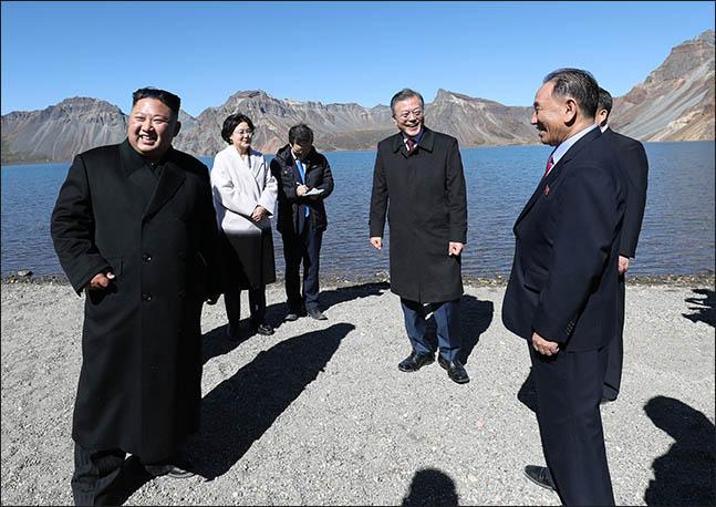 문재인 대통령과 김정은 북한 국무위원장이 20일 오전 백두산 천지에서 대화를 나누던 중 웃음을 터뜨리고 있다. ⓒ평양사진공동취재단