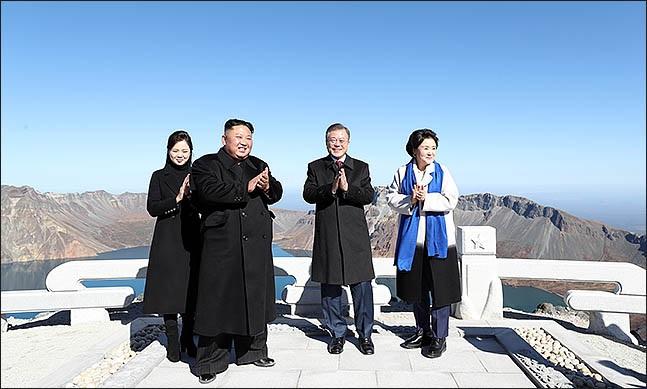 평양 남북정상회담 사흘째인 20일 오전 문재인 대통령과 김정은 국무위원장이 백두산 정상인 장군봉에 올라 함께 박수를 치고 있다. ⓒ평양사진공동취재단