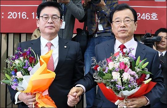 정우택 전 원내대표가 지난 2016년 12월 자유한국당 원내대표 경선에서 선출된 뒤, 축하의 꽃다발을 받아들고 촬영에 응하고 있다. ⓒ데일리안