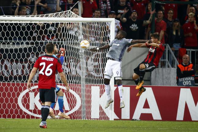 UEFA 유로파리그 경기 장면. 뒤쪽으로 기아차 광고판이 보인다.ⓒ기아자동차
