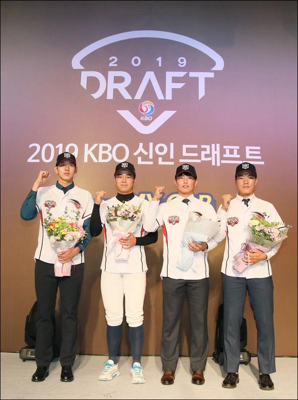 2019 KBO 2차 신인 드래프트에서 kt wiz에 지명을 받은 (좌측부터) 이대은, 손동현, 고성민, 이상동 선수가 기념 촬영을 하고 있다. ⓒ kt wiz