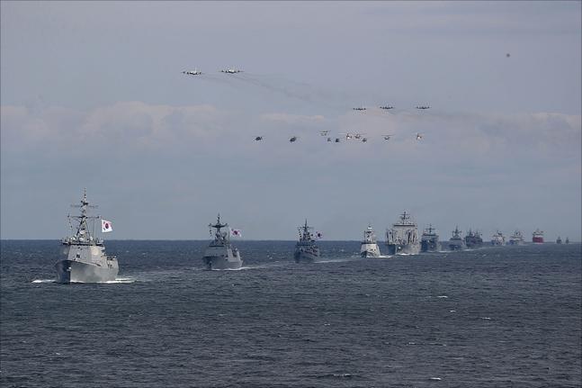 11일 제주도 서귀포시 제주해군기지 인근 해상에서 2018 대한민국 해군 국제관함식 해상사열이 열리고 있다. ⓒ데일리안 홍금표 기자