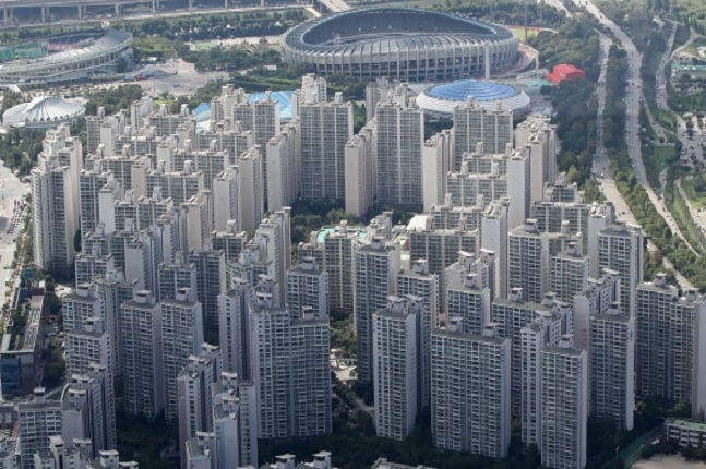 9·13부동산대책 발표 이후 예상보다 강한 규제대책에 매도인들은 매물 출시를 미루고 매수인들도 추격매수를 자제하고 있는 것으로 나타났다. 서울 아파트 일대 모습.ⓒ연합뉴스
