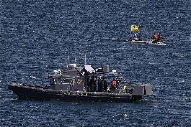 2018 대한민국 해군 국제관함식 해상사열이 열린 11일 제주도 서귀포시 제주해군기지 인근 해상에서 관함식에 반대하는 시민들이 해상시위를 하고 있다. ⓒ데일리안 홍금표 기자