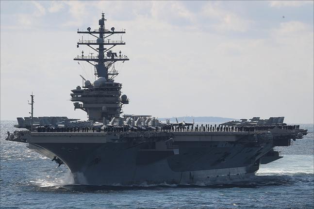 11일 제주도 서귀포시 제주해군기지 인근 해상에서 열린 2018 대한민국 해군 국제관함식 해상사열에서 미 항공모함 '로널드 레이건'호가 사열을 하고 있다. ⓒ데일리안 홍금표 기자