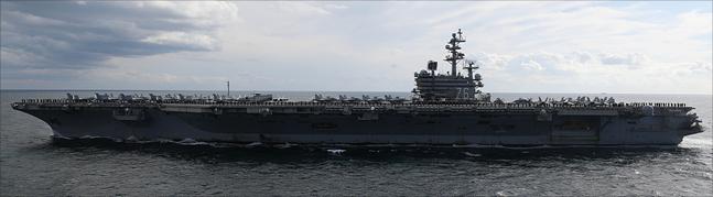 11일 제주도 서귀포 제주해군기지 인근 해상에서 열린 2018 대한민국 해군 국제관함식 해상사열에서 미 항공모함 '로널드 레이건'호가 사열을 하고 있다. ⓒ데일리안 홍금표 기자