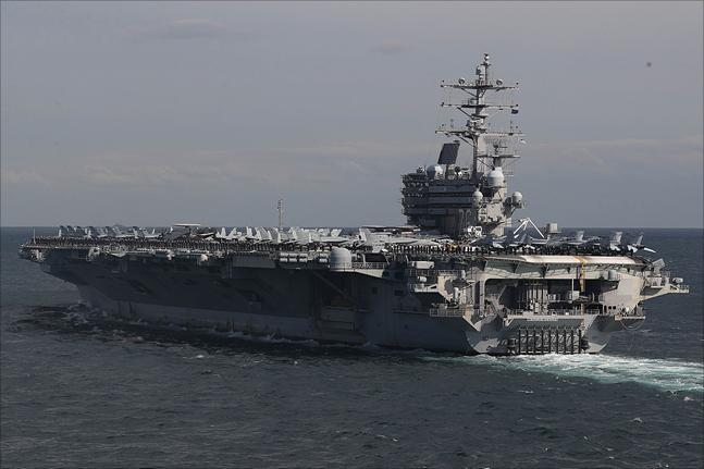 11일 제주해군기지 인근 해상에서 열린 2018 대한민국 해군 국제관함식 해상사열에서 미 항공모함 '로널드 레이건'호가 사열을 하고 있다. ⓒ데일리안 홍금표 기자