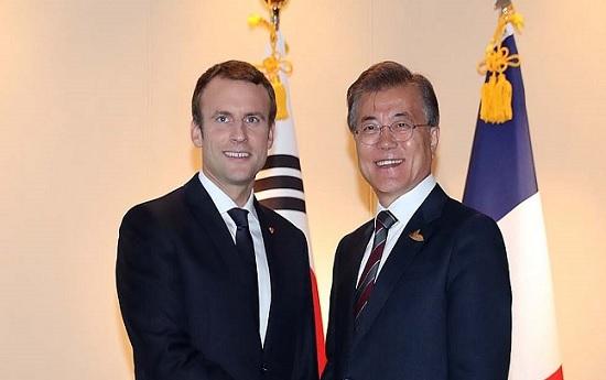 문재인 대통령이 엠마누엘 마크롱 프랑스 대통령과 2017년 7월 8일 독일 함부르크 하얏트호텔에서 양자회담을 하기에 앞서 악수하고 있다. ⓒ청와대