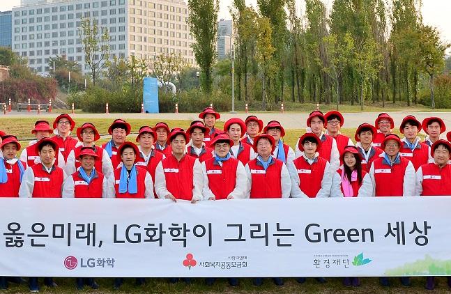 박진수 LG화학 부회장(앞줄 오른쪽 다섯번 째) 및 임직원들이 15일 여의도 밤섬에서 환경정화 활동을 마친 후 기념촬영을 하고 있다. ⓒLG화학
