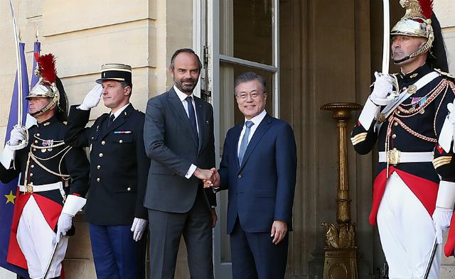 문재인 대통령이 지난 16일(현지시각) 프랑스 파리의 총리 공관을 찾아 에두아르 필리프 프랑스 총리와 악수를 나누고 있다. ⓒ청와대 제공