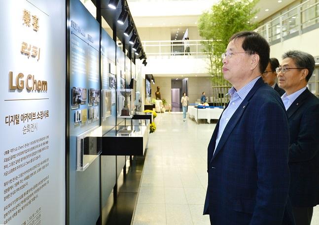 박진수 부회장(사진 맨 앞)이 17일 LG화학 사내 역사자료 전시회가 열린 대전 기술연구원에서 전시 소개를 읽고 있다.ⓒLG화학