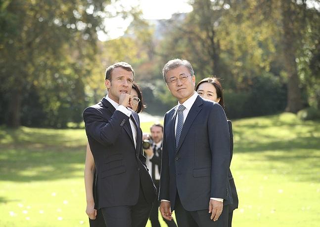문재인 대통령과 에마뉘엘 마크롱 프랑스 대통령이 15일 오후(현지시각) 프랑스 파리 엘리제궁 앞뜰을 거닐며 대화를 나누고 있다.ⓒ청와대