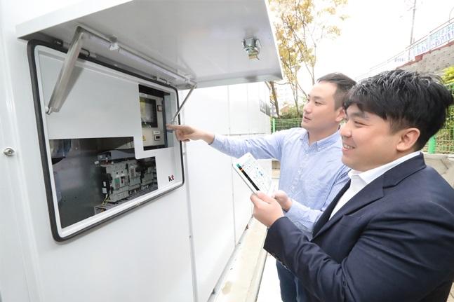 KT가 연료전지 발전설비 구축을 완료하고, KT-MEG과 연동해 상업운전을 개시했다. 사진은 KT 직원들이 대관령수련관에서 KT-MEG을 활용해 연료전지 시설을 점검하고 있는 모습.ⓒKT