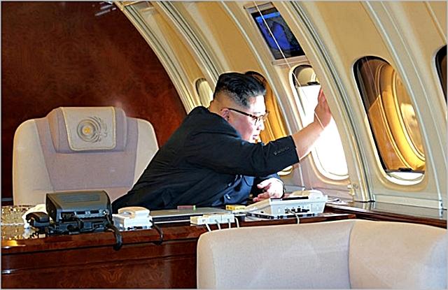 지난 2월 중국행 비행기에 오른 김정은 북한 국무위원장이 창밖을 향해 손을 흔들고 있다. ⓒ조선중앙통신