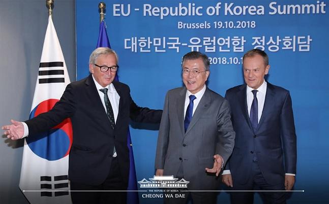 유럽을 순방 중인 문재인 대통령이 19일(현지시각) 벨기에 브뤼셀 유로파빌딩에서 도날드 투스크 EU상임의장과 한-EU 확대 정상회담을 하고 있다.ⓒ청와대