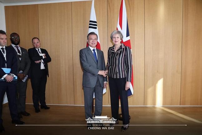 아셈 정상회의 참석한 문재인 대통령이 19일 오후(현지시각) 벨기에 브뤼셀 유럽연합이사회 본부에서 테레사 메이 영국 총리를 만나 악수하고 있다.ⓒ청와대 페이스북