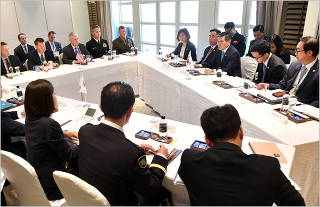 정경두 국방부장관이 지난 19일 싱가포르에서 개최된 제5차 아세안확대국방장관회의(ADMM-Plus) 참석을 계기로 한·미·일 국방장관 회의를 진행하고 있다. ⓒ국방부