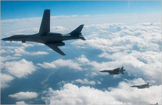 미국의 전략무기 초음속 폭격기 'B-1B 랜서'와 스텔스 전투기 'F-35B'가 지난해 8월 한반도 상공을 비행하고 있다. ⓒ연합뉴스
