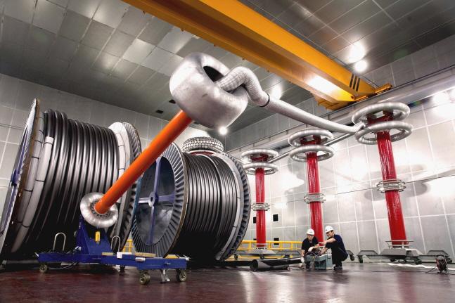 LS전선 직원들이 500kV HVDC 케이블 제품의 성능을 테스트 하고 있다.ⓒLS전선