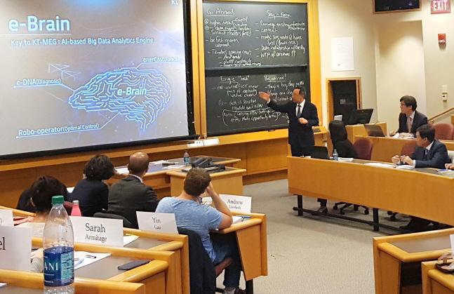 황창규 KT 회장이 지난 26일(현지시간) 미국 하버드 비즈니스 스쿨에서 대학원생들에게 강의를 하고 있다.  ⓒ KT