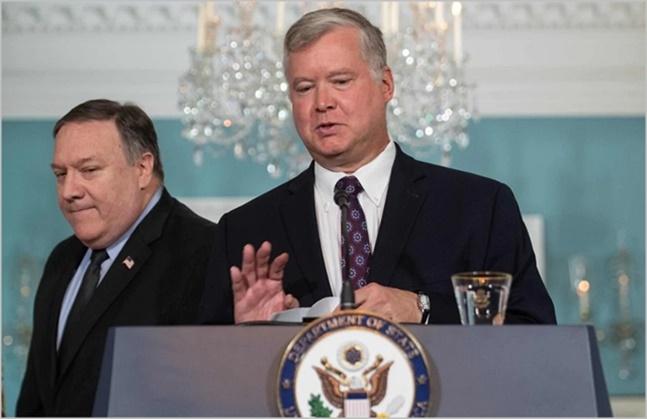 스티브 비건 미국 대북정책 특별대표(오른쪽)와 마이크 폼페이오 미국 국무장관. ⓒ워싱턴포스트