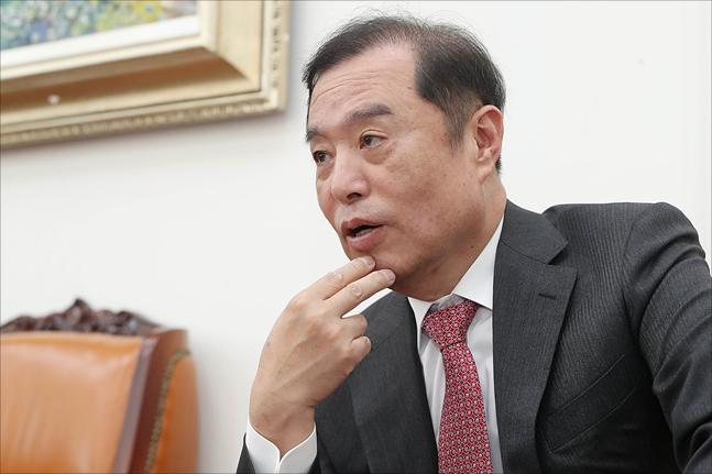 김병준 자유한국당 비상대책위원장이 2일 국회에서 가진 데일리안과의 인터뷰에서 대한민국 정당에 결여된