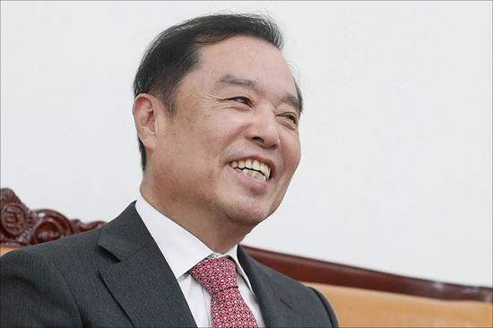 김병준 자유한국당 비상대책위원장이 2일 국회에서 가진 데일리안과의 인터뷰 도중 밝은 웃음을 보이고 있다. ⓒ데일리안 홍금표 기자