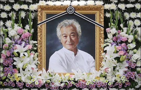 배우 신성일이 4일 세상을 떠난 가운데 동료와 후배들이 고인의 빈소를 찾았다.ⓒ사진공동취재단