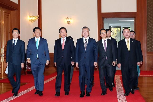 문재인 대통령과 여야 5당 원내대표들이 5일 청와대에서 열린 여야정 상설협의체 회의 참석을 위해 이동하고 있다.ⓒ청와대