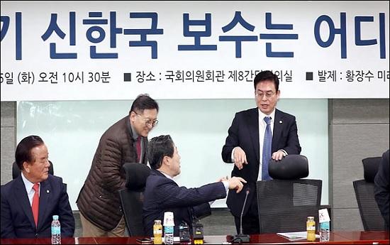 전당대회 출마가 거론되는 정우택 자유한국당 의원과 원내대표 도전이 유력한 유기준 의원이 6일 오전 의원회관에서 열린
