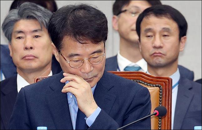 장하성 청와대 정책실장이 6일 국회 운영위원회 국정감사에 출석한 자리에서 곤혹스런 모습을 짓고 있다. ⓒ데일리안 박항구 기자
