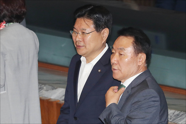 왼쪽부터 자유한국당 홍문종, 염동열 의원. (자료사진) ⓒ데일리안 홍금표 기자