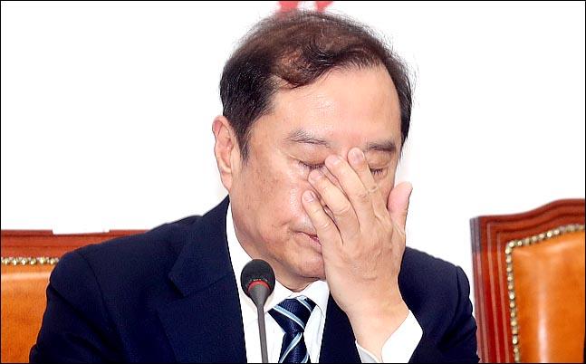 김병준 자유한국당 비상대책위원장이 8일 오전 국회에서 열린 비대위회의에서 얼굴을 만지고 있다.  ⓒ데일리안 박항구 기자