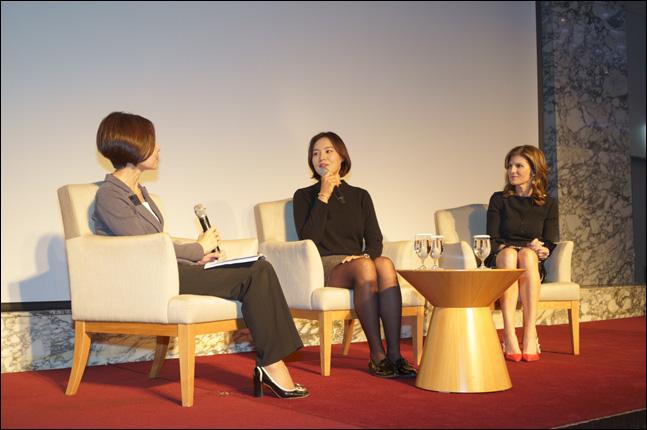 7일 오후 삼성동 인터컨티넨탈 서울 코엑스 하모니룸에서 열린 '제20회 차세대 여성리더 콘퍼런스'의 특별 대담 프로그램에서 프로골퍼 전인지 선수(가운데)가 글로벌 소프트웨어 기업인 SAP의 이사회 임원이자 미주 및 아시아 태평양 일본 지역을 총괄하는 제니퍼 모건(맨 오른쪽, Jennifer Morgan) 사장과 함께 이날 콘퍼런스를 주관한 사단법인 WIN(Women in INnovation)의 황지나 회장(왼쪽 첫 번째, 한국지엠주식회사 홍보부문 부사장)과 인터뷰를 하고 있다. ⓒ 사단법인 WIN