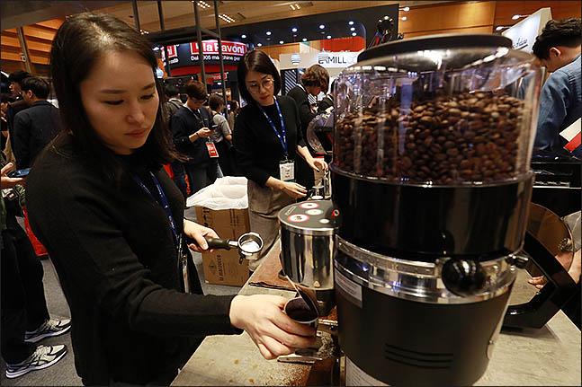 8일 오후 서울 강남구 코엑스에서 열린 '2018 카페쇼'에 바리스타가 커피를 만들고 있다. ⓒ데일리안 류영주 기자