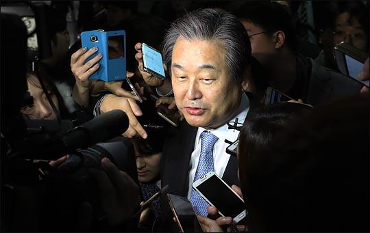 김무성 자유한국당 전 대표최고위원이 취재진의 질문에 답하고 있다(자료사진). ⓒ데일리안 박항구 기자