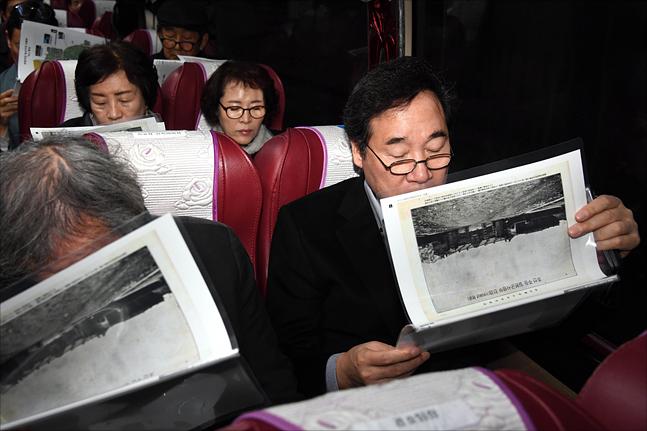 이낙연 국무총리가 8일 서울 용산기지에서 버스투어를 하고 있다. ⓒ총리실 제공