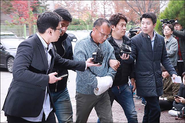 폭행과 강요, 마약류 관리에 관한 법률 위반 등의 혐의로 체포된 양진호 한국미래기술 회장이 지난 7일 오후 경기도 수원시 경기남부지방경찰청으로 압송되고 있다.ⓒ데일리안