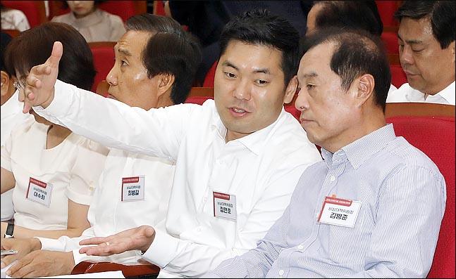 정현호 자유한국당 비상대책위원이 김병준 비상대책위원장과 대화를 나누고 있다(자료사진). ⓒ데일리안 박항구 기자